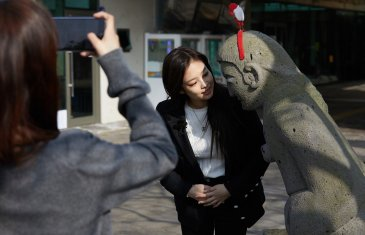 Blackpink Jennie photo 2018 with statue in Jeju Island