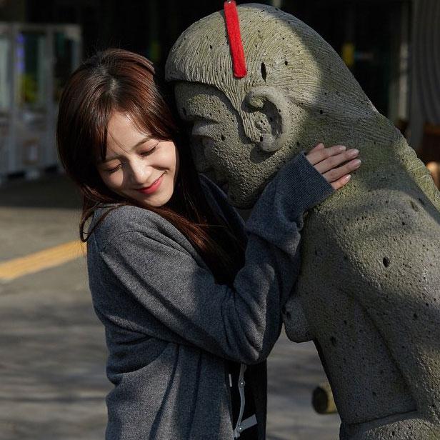 Blackpink Jisoo photo 2018 with statue jeju island