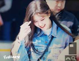 Blackpink-Rose-Airport-Fashion-Jeju-Island-25-march-laugh