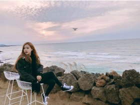 Blackpink-Rose-Instagram-photo-2018-Jeju-Island-beach