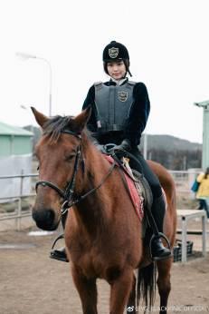 Weibo-Blackpink-Jennie-Horse-Riding