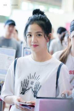 Blackpink-Jisoo-top-knot-bun-hairstyle-6