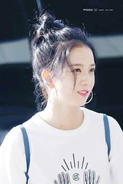 Blackpink-Jisoo-top-knot-bun-hairstyle