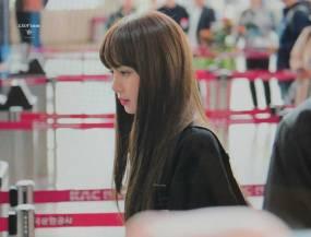 Blackpink-Lisa-Airport-Fashion-20-April-2018-photo-13