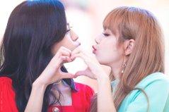 BLACKPINK Jisoo Lisa kiss Fansign event Yeouido July 8, 2018 IFC Atrium 3