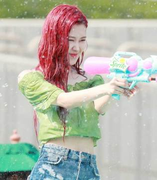 BLACKPINK-Rose-Sprite-Waterbomb-Festival-Seoul-cover-2