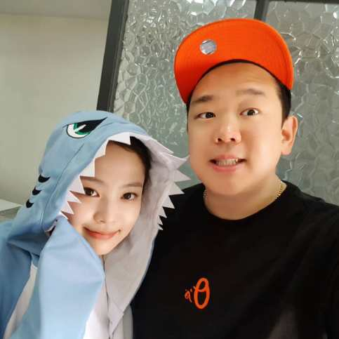 BLACKPINK Jennie wears onesie running man staf 2