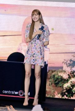 BLACKPINK LISA moonshot central world fansign event bangkok thailand 116
