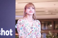BLACKPINK LISA moonshot central world fansign event bangkok thailand 157