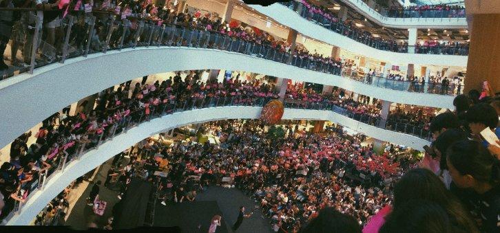 BLACKPINK LISA moonshot central world fansign event bangkok thailand 18
