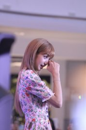 BLACKPINK LISA moonshot central world fansign event bangkok thailand 8