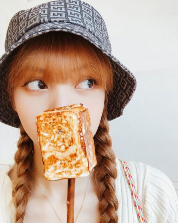 BLACKPINK-Lisa-Instagram-Photo-28-August-2018-bucket-hat-food