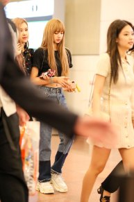 BLACKPINK-Lisa-Jennie-Airport-Photo-23-August-2018-Haneda