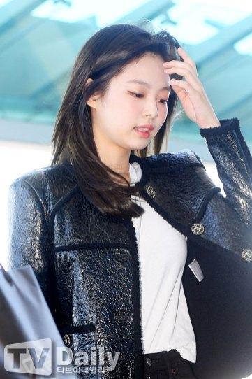 23-BLACKPINK-Jennie-Airport-Photos-Incheon-to-France-Paris-Fashion-Week