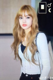 3-BLACKPINK-Lisa-Airport-Photo-10-October-2018-From-Japan