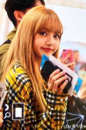 9-BLACKPINK-Lisa-Airport-Photos-Incheon-5-October-2018