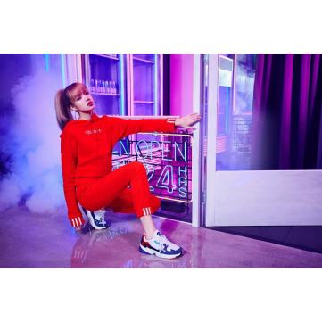 2-BLACKPINK Lisa Instagram Photo 29 Nov 2018 Adidas Falcon