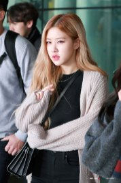 4-BLACKPINK-Rose-Airport-Photos-Incheon-Back-from-Indonesia