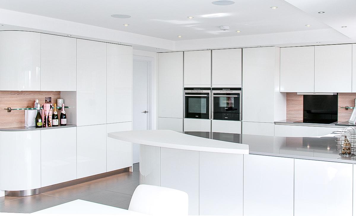 Handleless White Curved Kitchen with Quartz  Hurstpierpoint