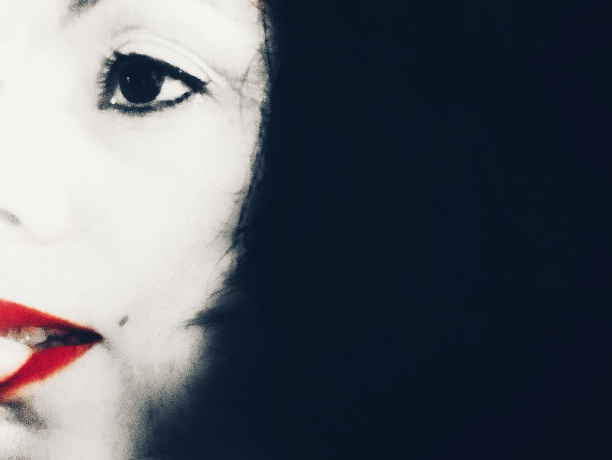 Metà volto di Flavia, in bianco e nero, con il rossetto rosso