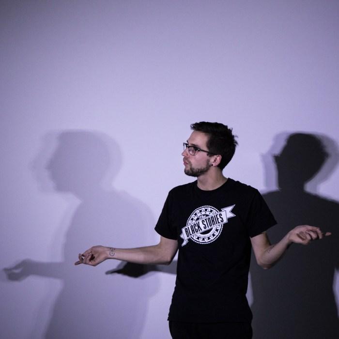 Pierre Poitier explique une méthode durant un workshop de théâtre d'improvisation sur Toulouse