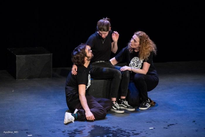 3 comédiens, dont une qui raconte une histoire.