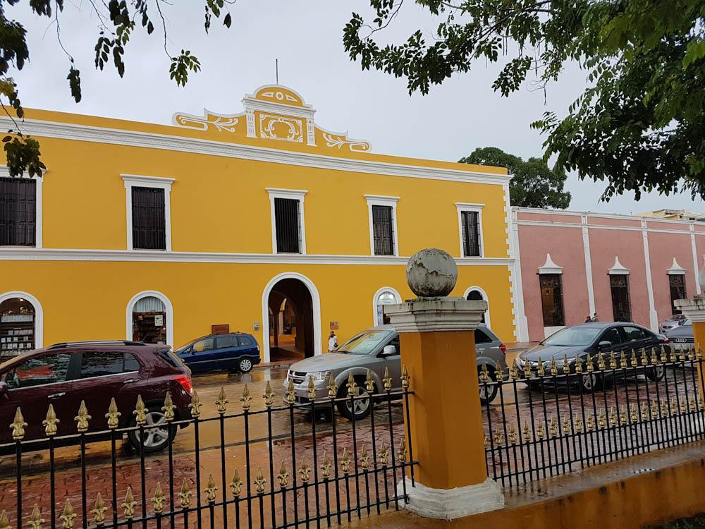 VALLADOLID: Farbenfrohe Häuser säumen den Stadtpark