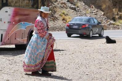 Eine Einheimische in traditioneller Kleidung
