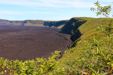 Grüne Hügel umrunden den 10 Kilometer breiten Krater.