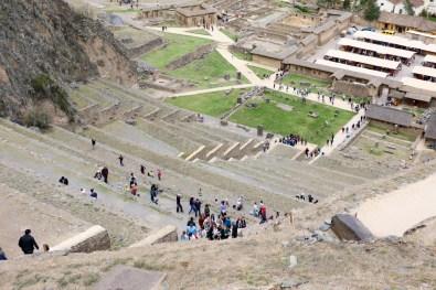 Die Touristen kämpfen sich die steile Treppe hinauf.
