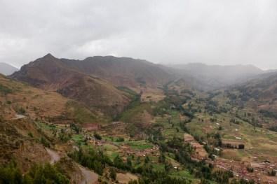 Grüne Felder und braune Berge dominieren die Aussicht.