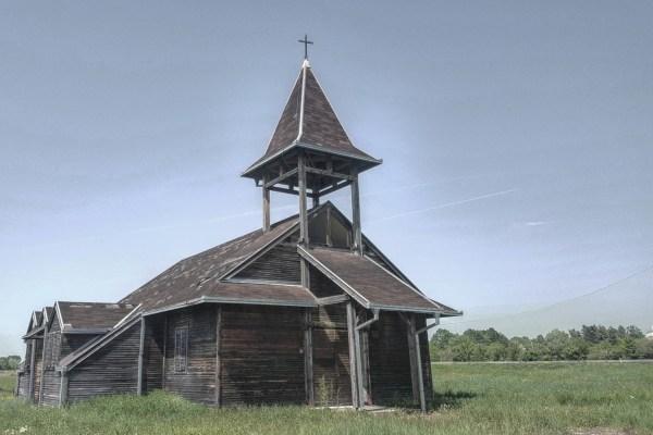U napuštenom naselju stoji zaključana crkva sagrađena da održi vjeru stanovnika u povratak i skloni jedan kip sv. Antuna