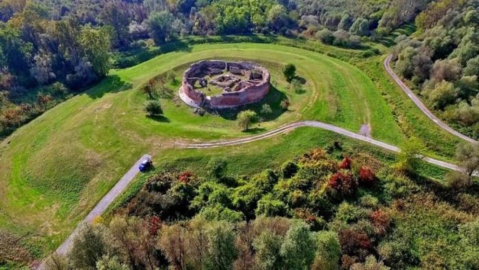 Zmijska kula Kolođvar danas je samo ruševina upletena u legende o močvarnim djevojkama – zmijama i blagu baruna Trenka koje nitko nije imao hrabrosti pronaći