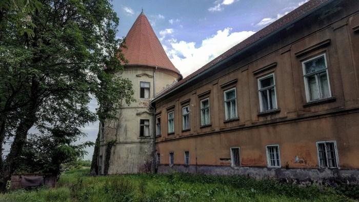 Pokraj Zagreba po strani, uz jezero, još stoji Kerestinec, nijemi dvor koji se i svjetla, i tame i opačine prošlosti nagledao