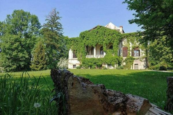 Zaklonjen perivojem iz bajke, dvorac Hellenbach prava je vremenska kapsula u kojoj je ostalo sačuvano neko drugo doba