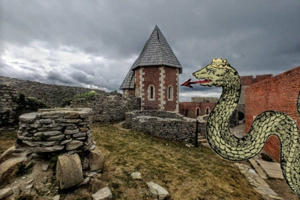 Mitski kralj zmija Kačji cesar živi u brojnim predajama, čuva blago Crne kraljice i zviždukom poziva vojske