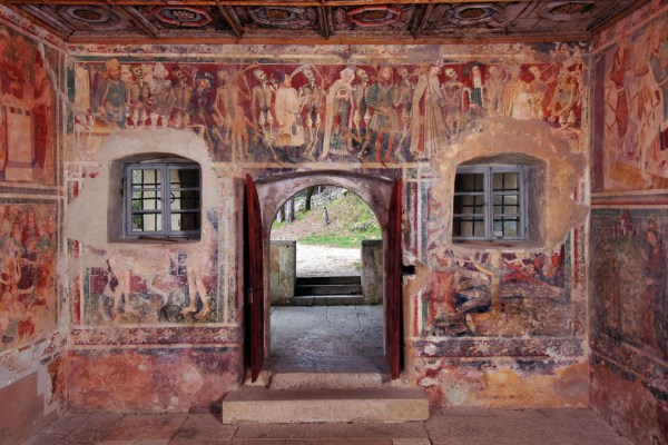 U njezinoj unutrašnjosti je Ples mrtvaca, čuvena freska na kojoj ruku pod ruku plešu kraljevi, trgovci, kardinali, pa i sam Papa