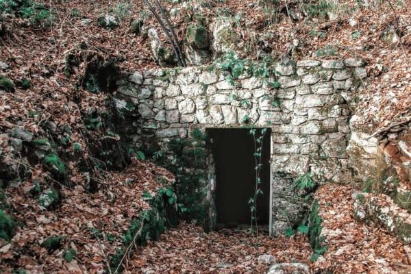 U dubokoj šumi Lužini, leže zakopani dvori pohlepnih divova čiji je kralj Rukan jednom davno naumio uhvatiti i samo sunce