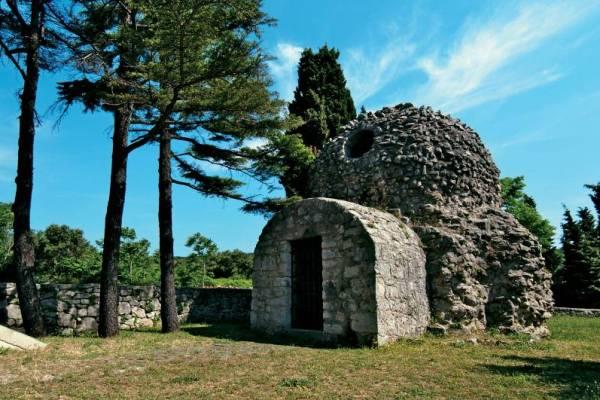 I prvi spomen krčke starohrvatske crkve opisuje ju kao jedinstvenu ruševinu, obnovljenu i uništenu u eksploziji od koje je zadrhtao otok