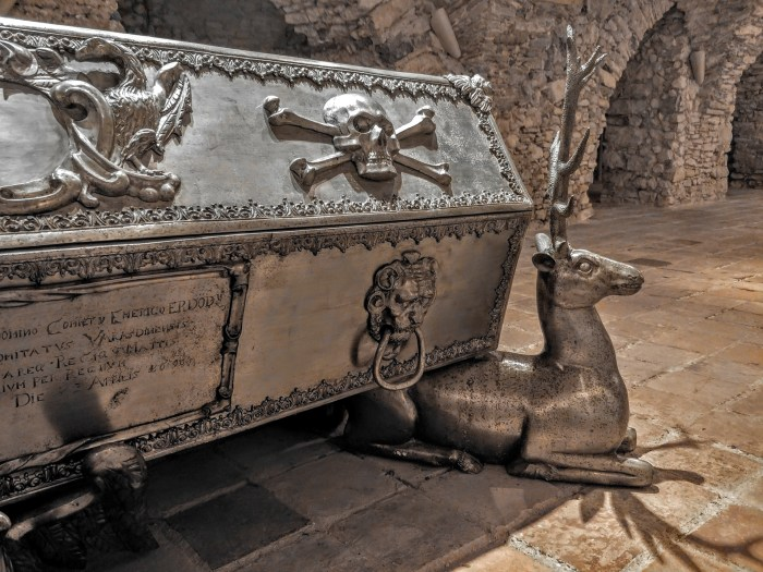Kroz olujna stoljeća, klanječki redovnici u kripti ispod samostana čuvali su sarkofage grofova Erdödy prepune detalja po kojima su željeli ostati u vječnosti