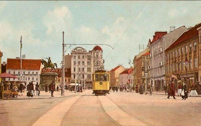Od doba vitezova, desna je strana promatrana kao počasna, što je i danas po bontonu vidljivo na ulicama i trgovima