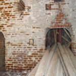Церковь Илии Пророка в селе Пруссы (Коломенский район Московской области). Алтарная стена четверика с арками в алтарь. Период: 29 августа 2009 года