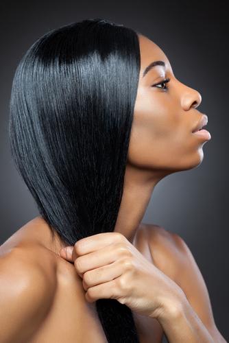 Une femme noire aux cheveux défrisés