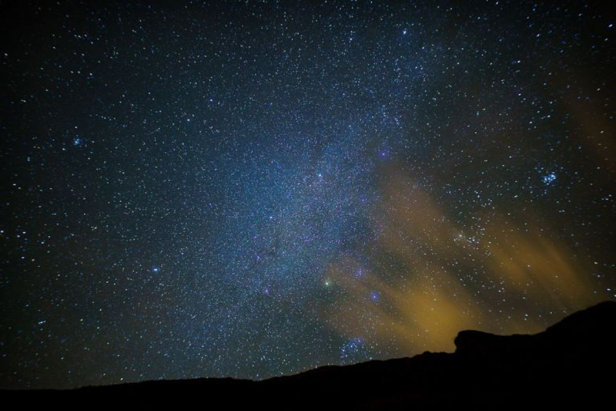 the sky at night with the sigma 20mm with the ridge at durdle door and some whispy cloud