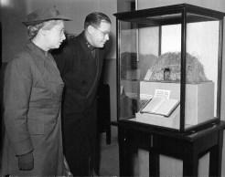 1958 Inspecting Livingstone's bible