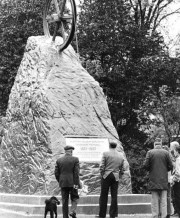 1977 First visitors to the monument