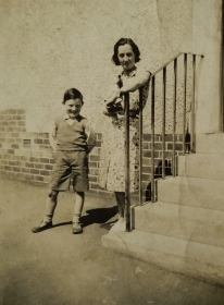 1940 Bill Gardner and mother at Auchinraith Terrace