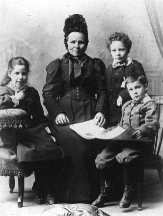 1896 Jane Henderson (nee Nichol) and grandchilden