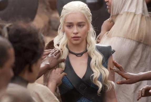 Dany (Emilia Clarke) walks towards her new city.