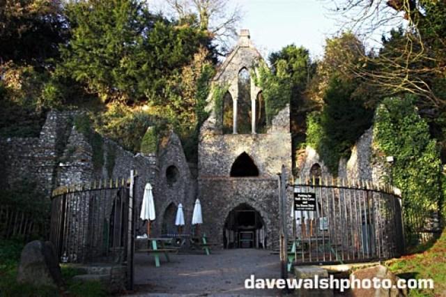A entrada para os túneis Clube do Inferno e Caves, West Wycombe